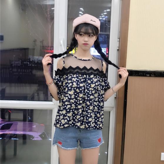 เสื้อแฟชั่นเว้าไหล่สไตล์เกาหลี ซีทรูช่วงอก แต่งลูกไม้ สีน้ำเงินลายดอก